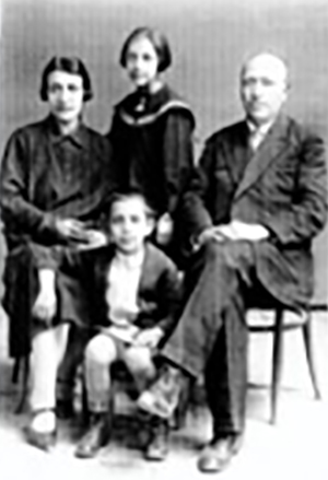 هایراپت بانیریان سردبیر نشریه آراوِد به همراه خانوادهاش